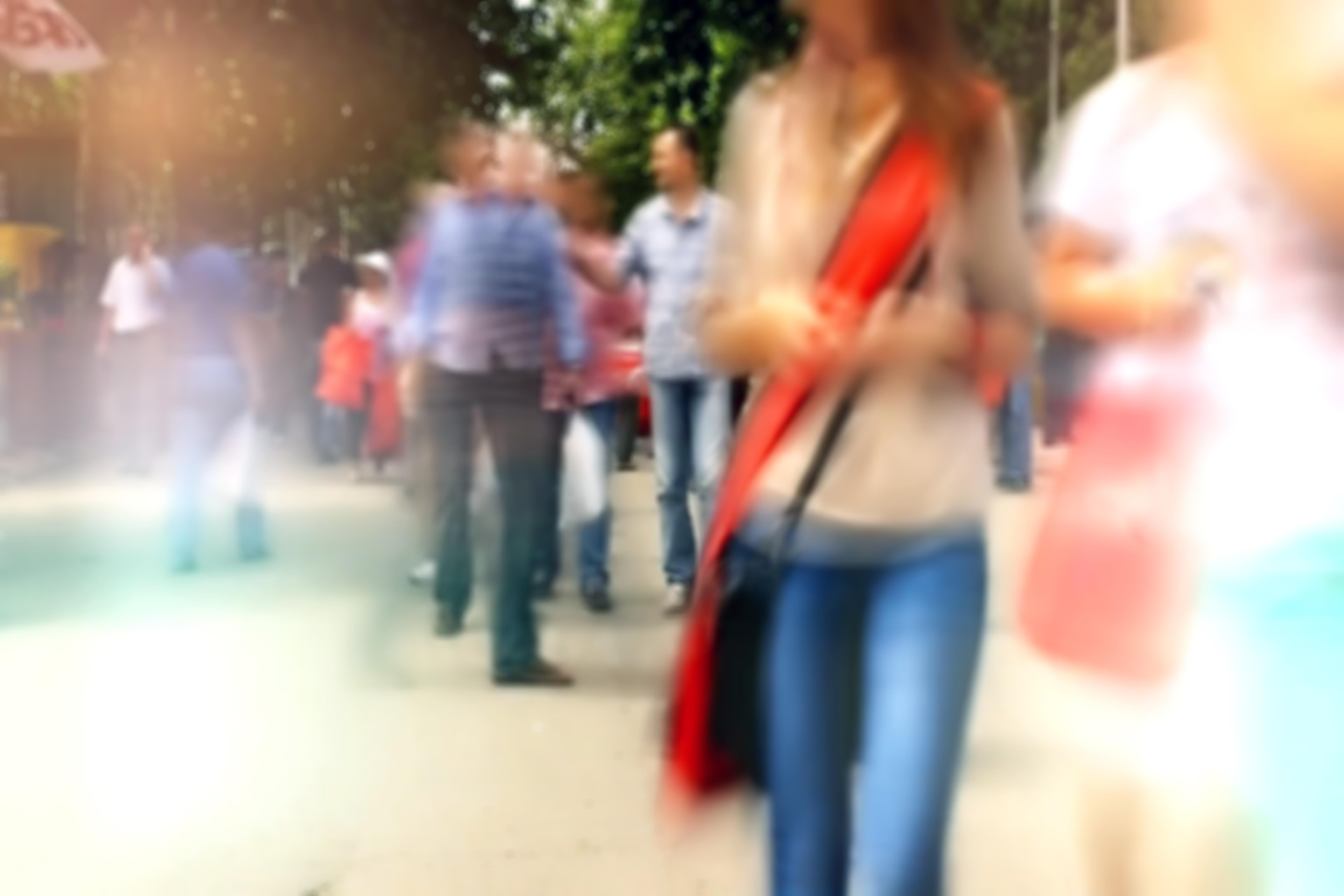Personas paseando por un parque, con árboles a los lados