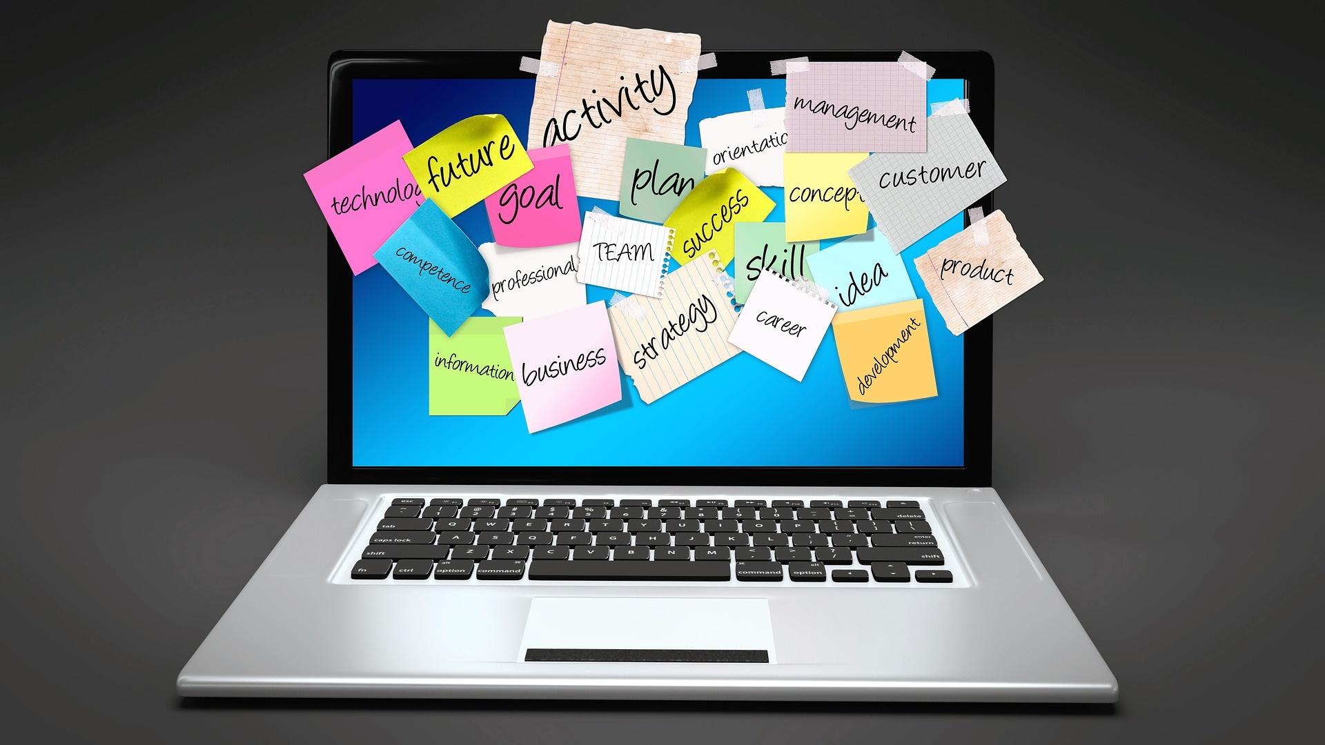 Ordenador con notas en la pantalla