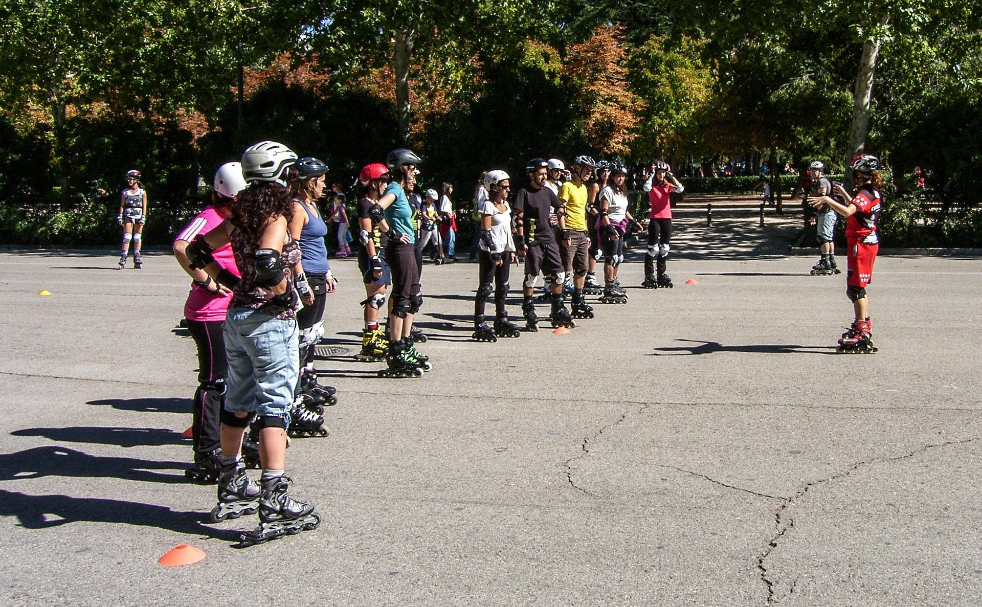 Clases de patinaje en el parque