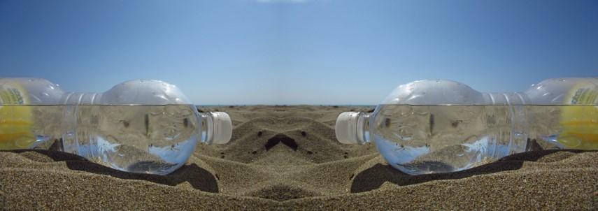 Botella agua playa