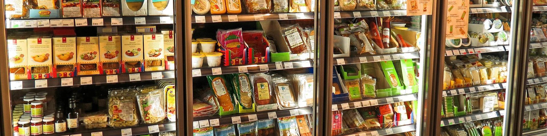 Lineal de un supermercado con muchos alimentos envasados