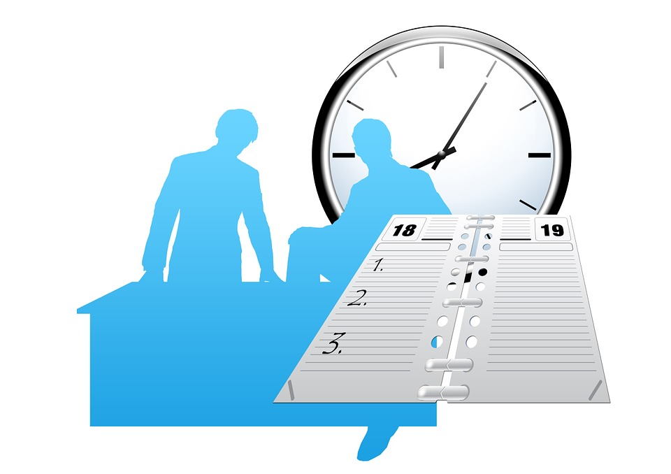 imagen de 2 siluetas antropomorfas en azul con reloj analógico de fondo