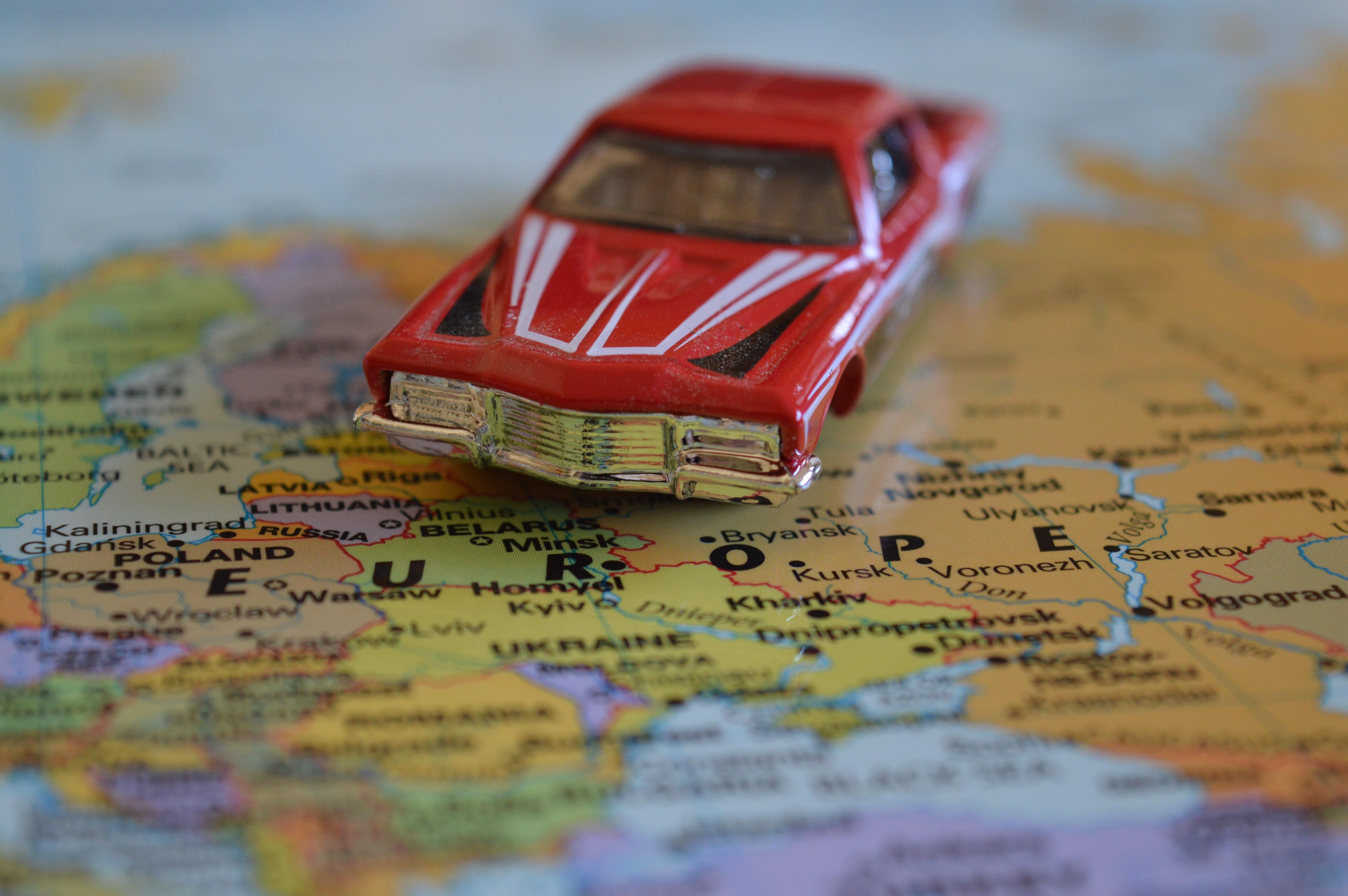 Coche en miniatura sobre un mapa