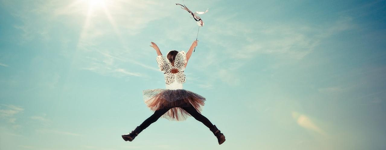 Bailarina con paraguas saltando