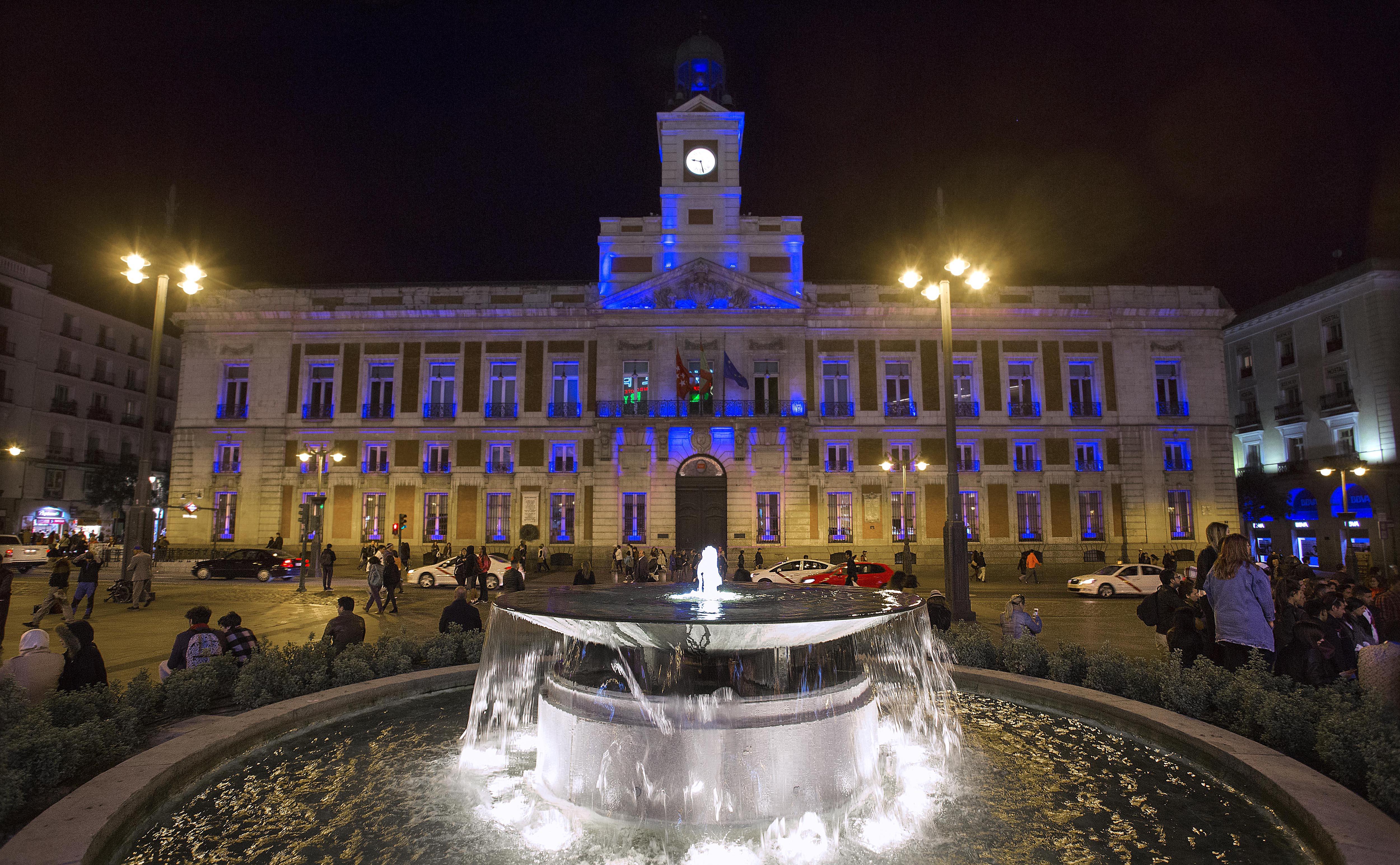 La Puerta del Sol de noche alumbrada en color azul en la actualidad