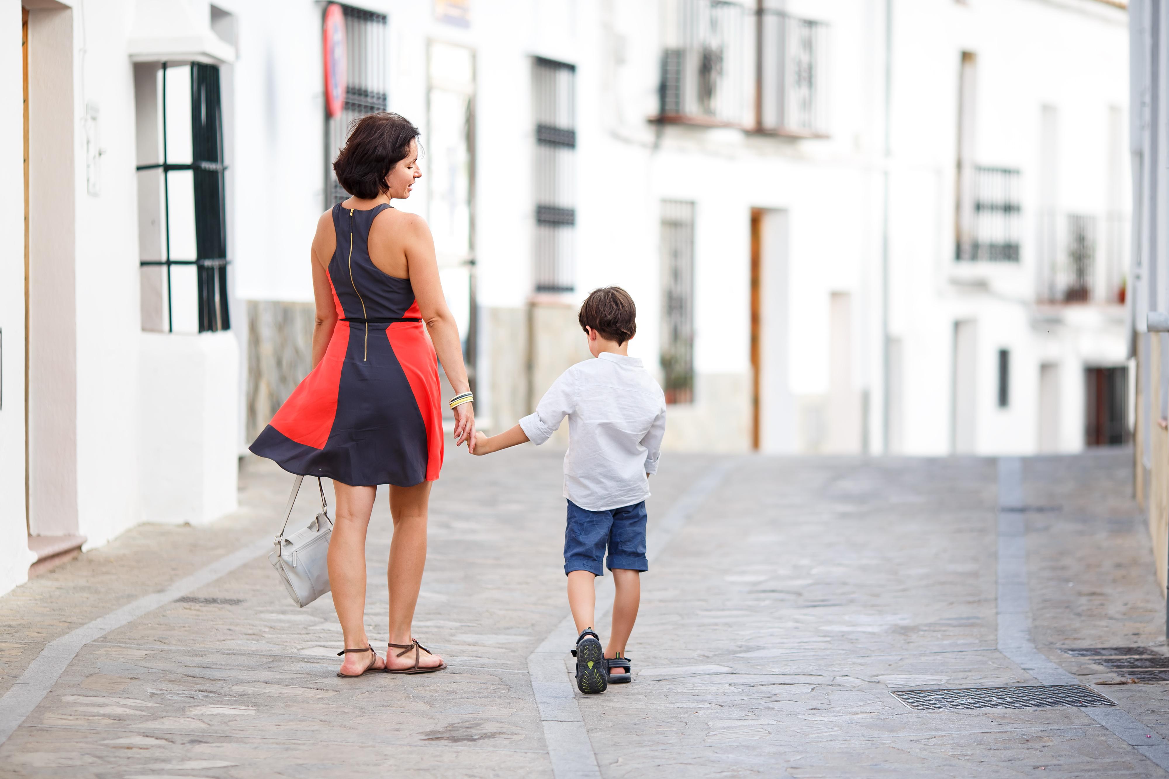 Imagen de una madre y su hijo, paseando