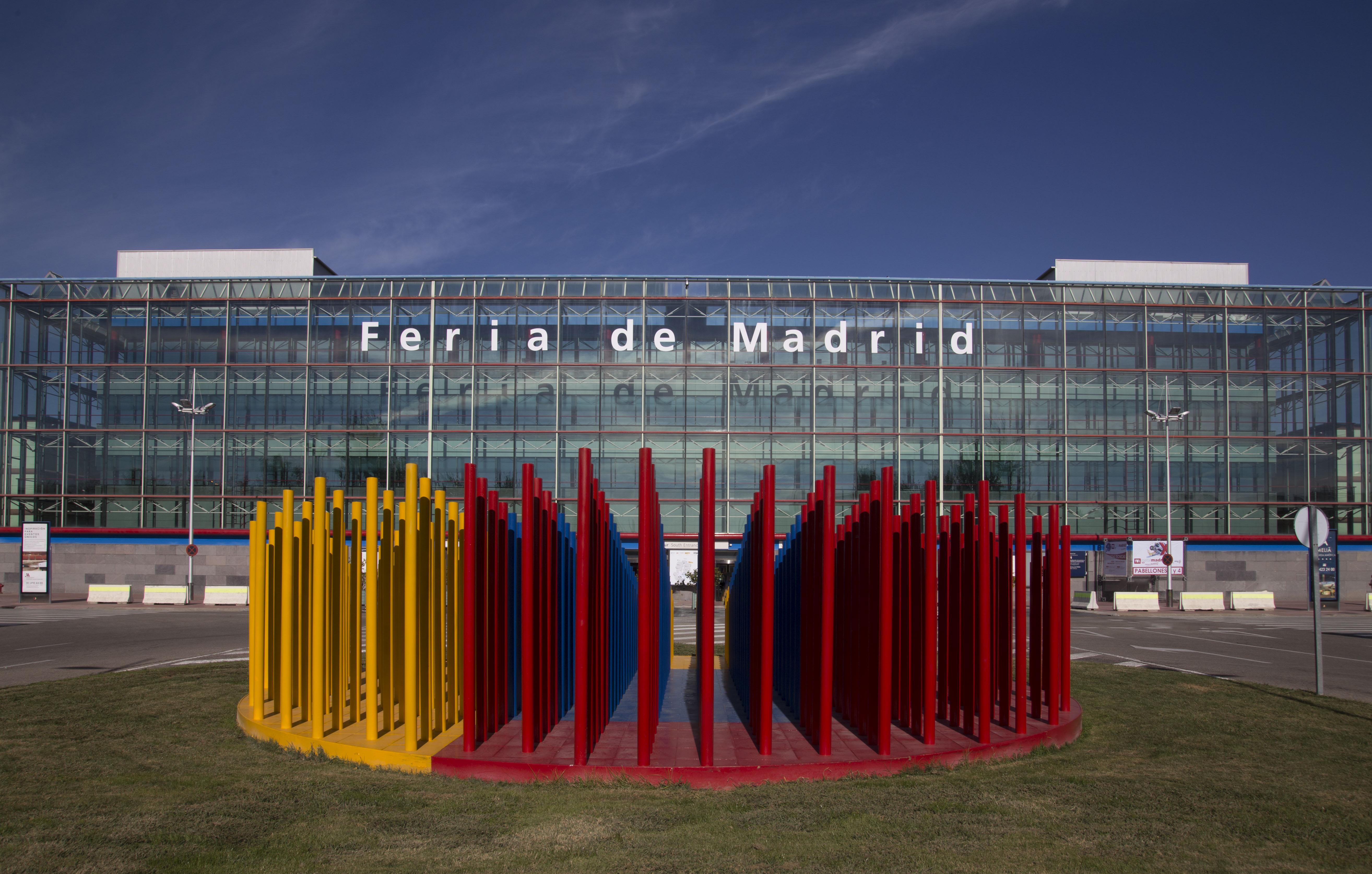 Fachada Sur y escultura con el logo en barras verticales de IFEMA