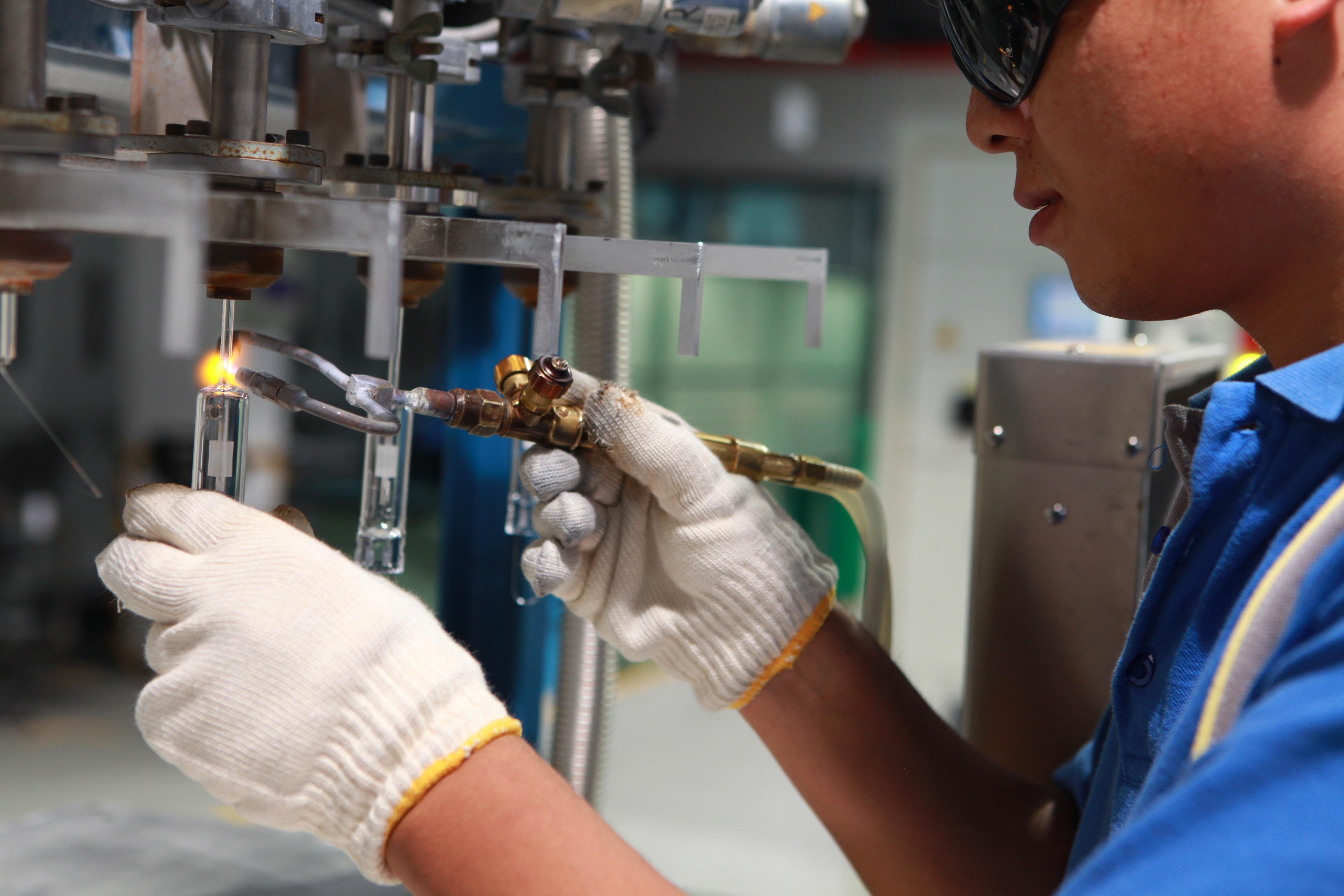 operario trabajando en fábrica