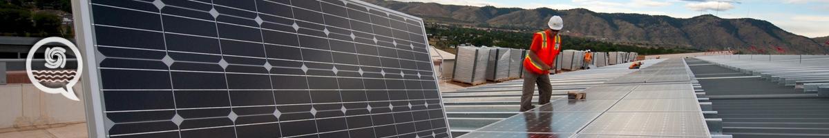 Trabajadores instalando placas solares fotovoltaicas