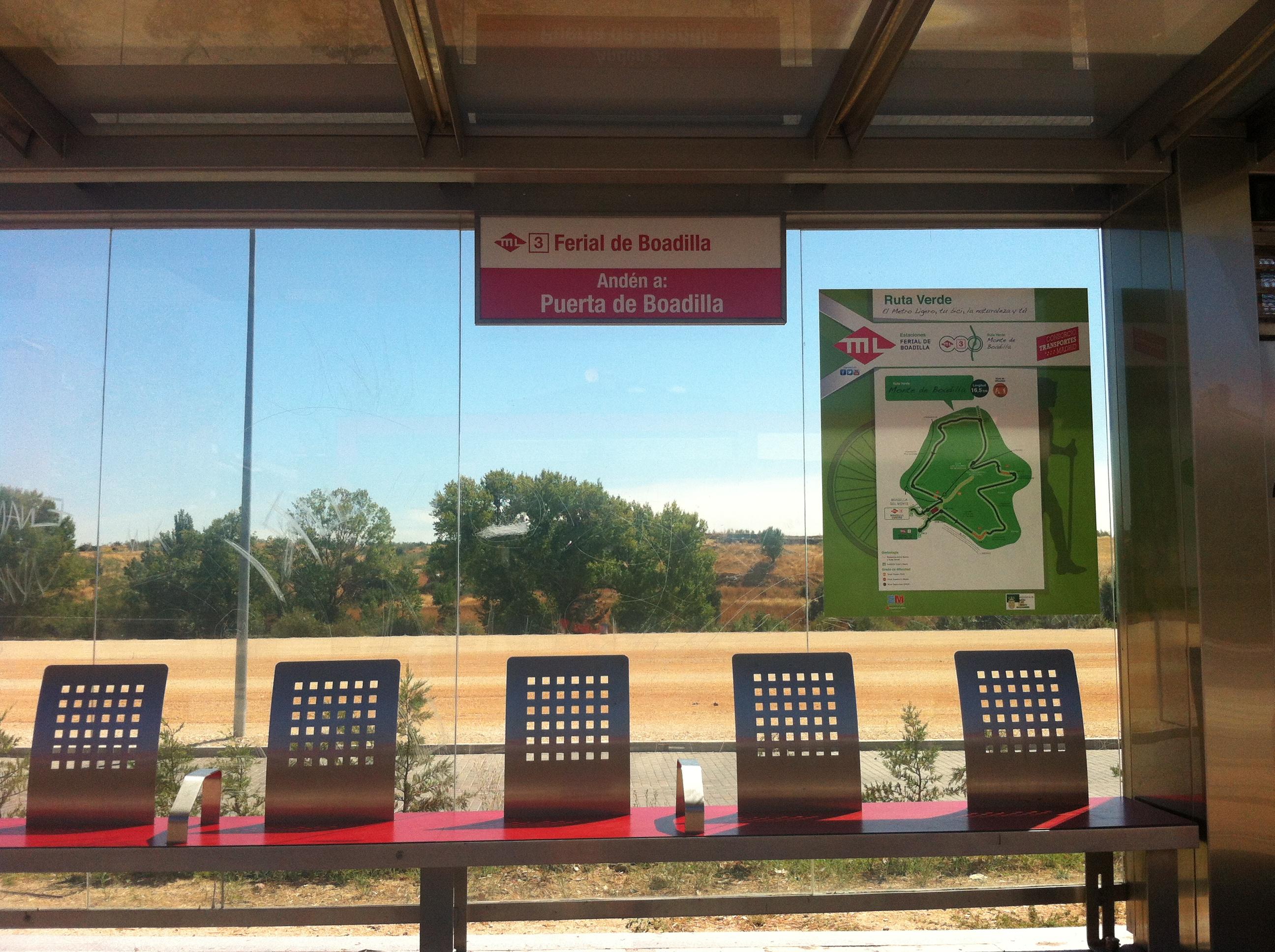 Imagen de la parada de Metro Ligero de Ferial de Boadilla con cartel de la Ruta Verde