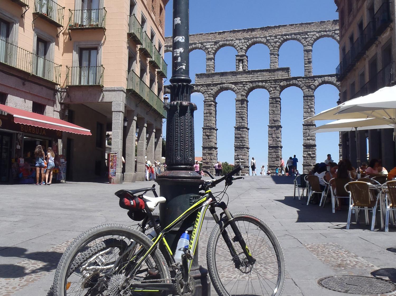 Bicicletas apoyadas en una farola delante del Acueducto de Segovia