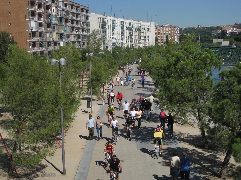 Gente andando y paseando por el parque Madrid Río
