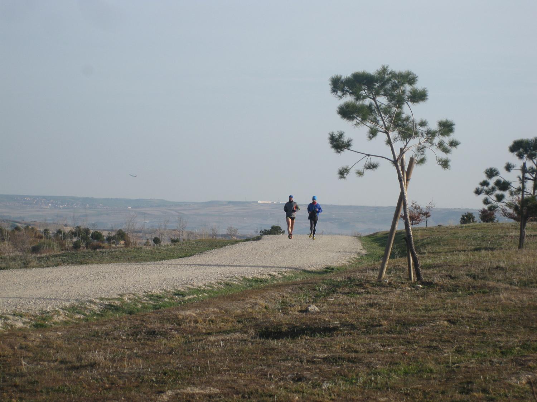 Imagen de corredores en el parque Felipe VI, en Valdebebas