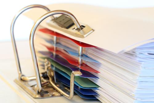 Carpeta de documentos con separadores de colores