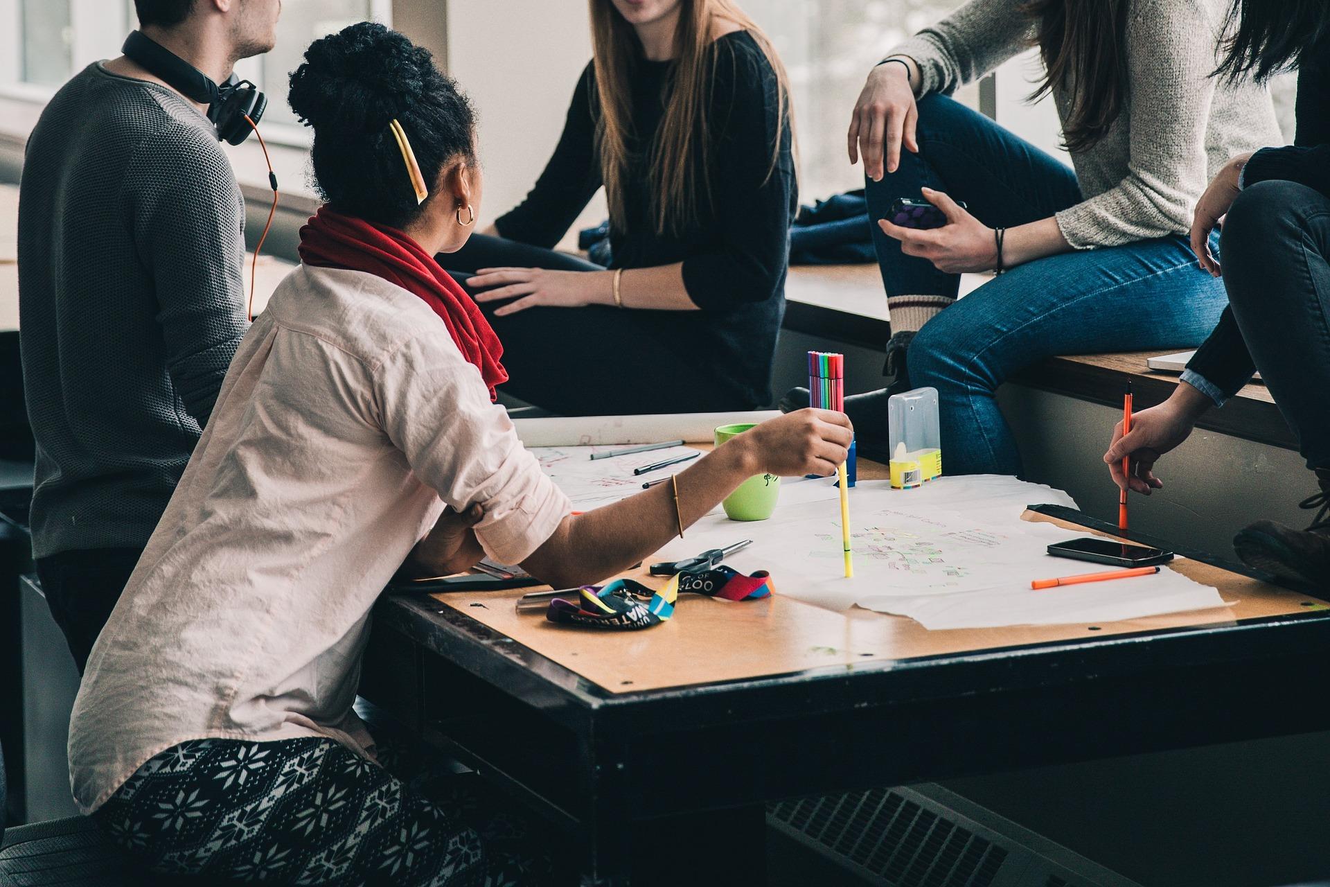Varios jóvenes trabajando en grupo