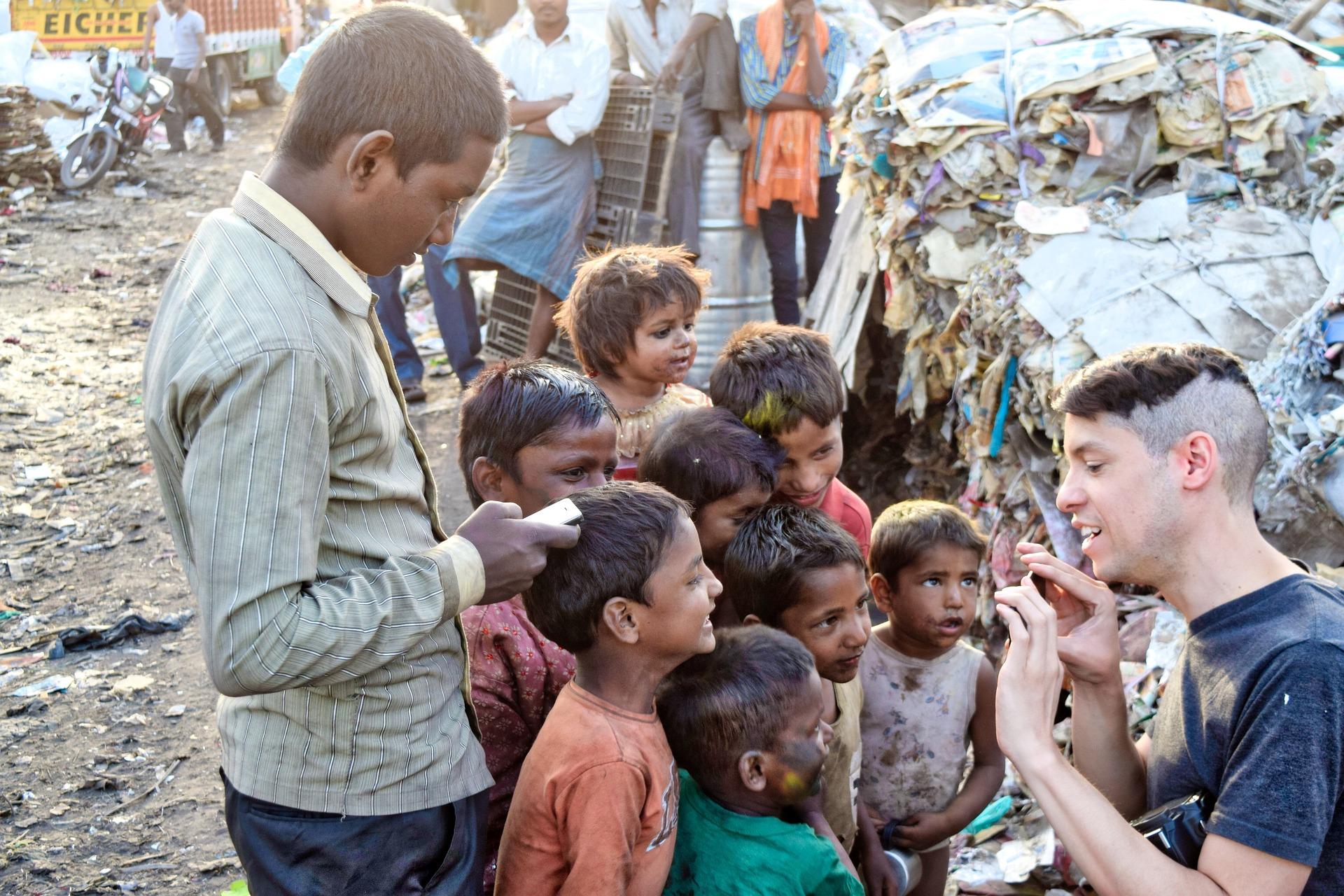 Joven hablando con grupo de niños en la calle