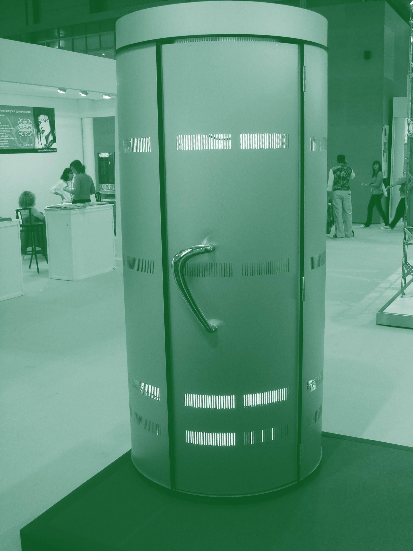 Imagen general de un centro de bronceado artificial por rayos UVA con una cabina en primer plano