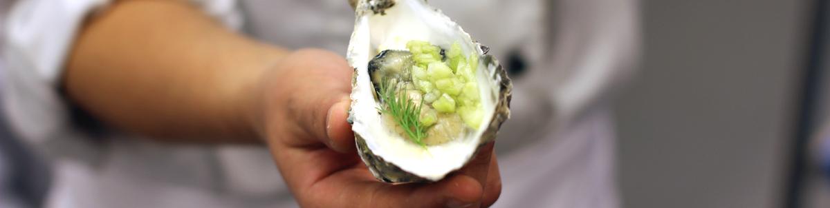 Cocinero mostrando una ostra