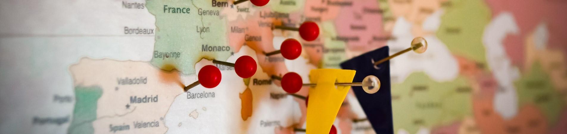 Mapa de Europa con chinchetas