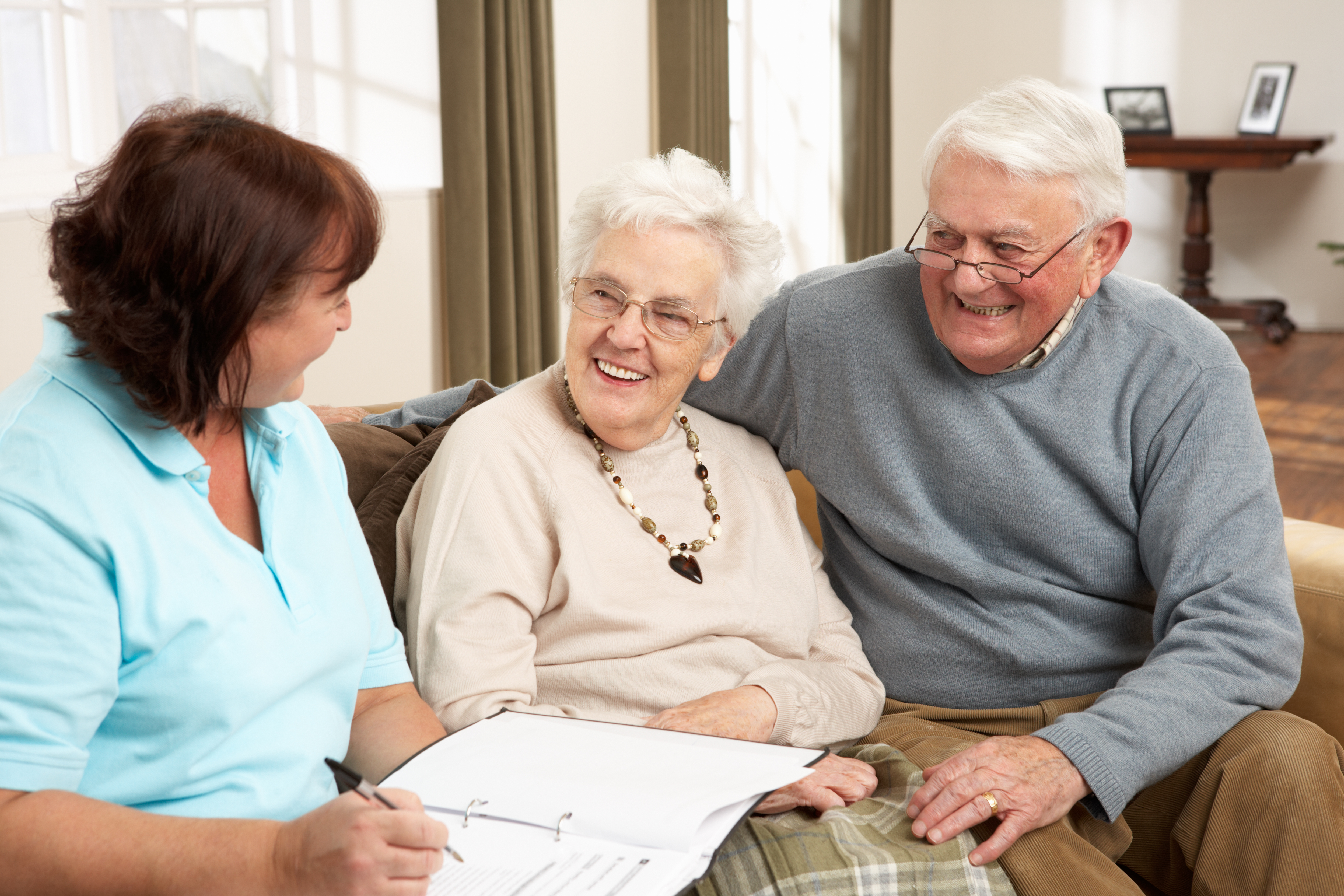 Pareja personas mayores sentados