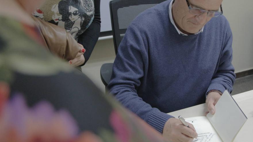 El escritor Juan Antonio Losana firma ejemplares de su novela