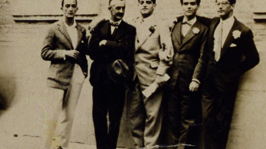 4 hombres posando de pie