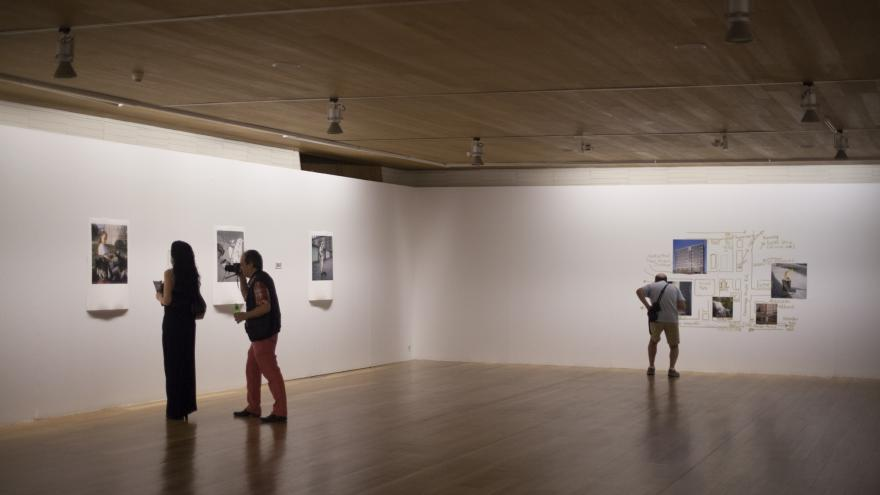Personas visitando una exposición fotográfica