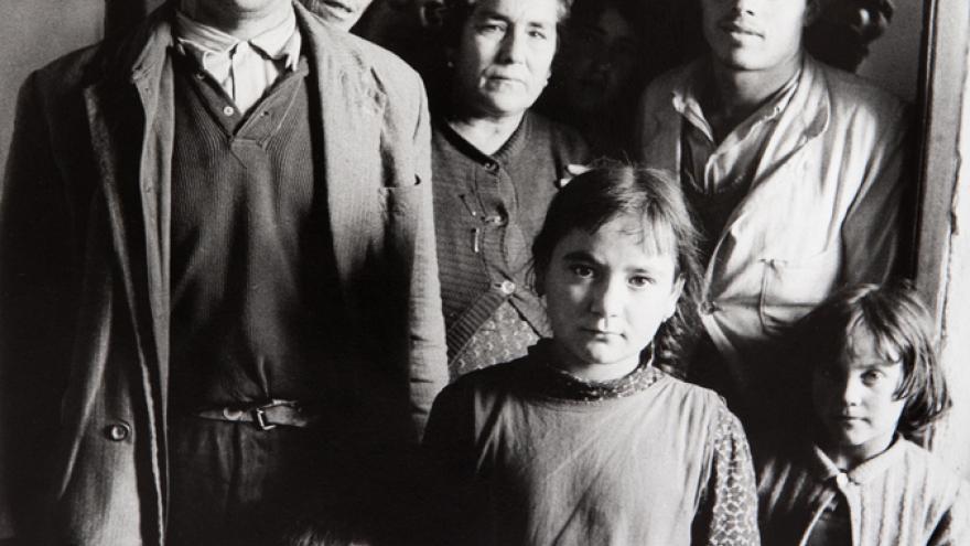 Familia de distintos miembros posando ante la cámara
