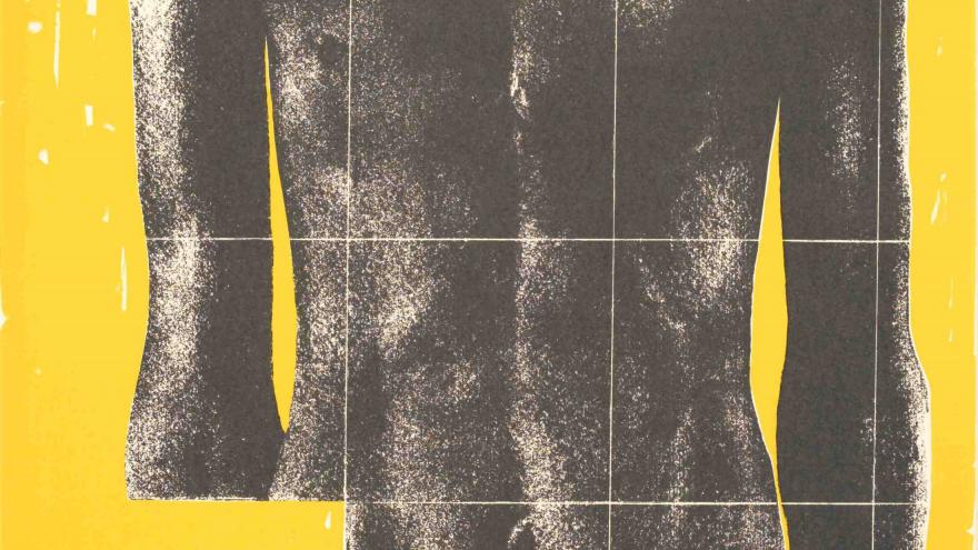 Torso masculino sobre fondo neutro amarillo