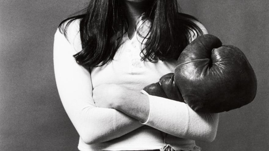 Mujer (Cecilia) posando con guante de boxeo