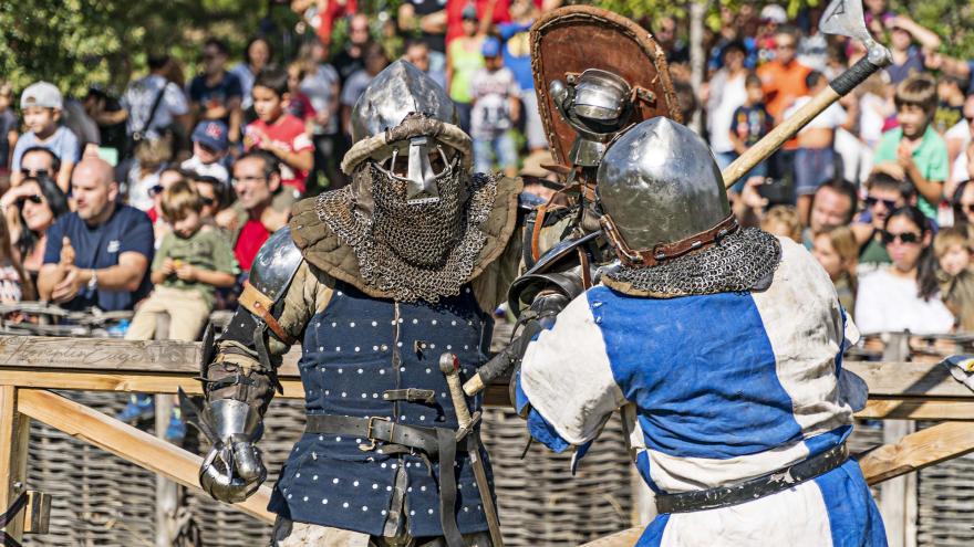 Dos combatientes con armaduras en acción