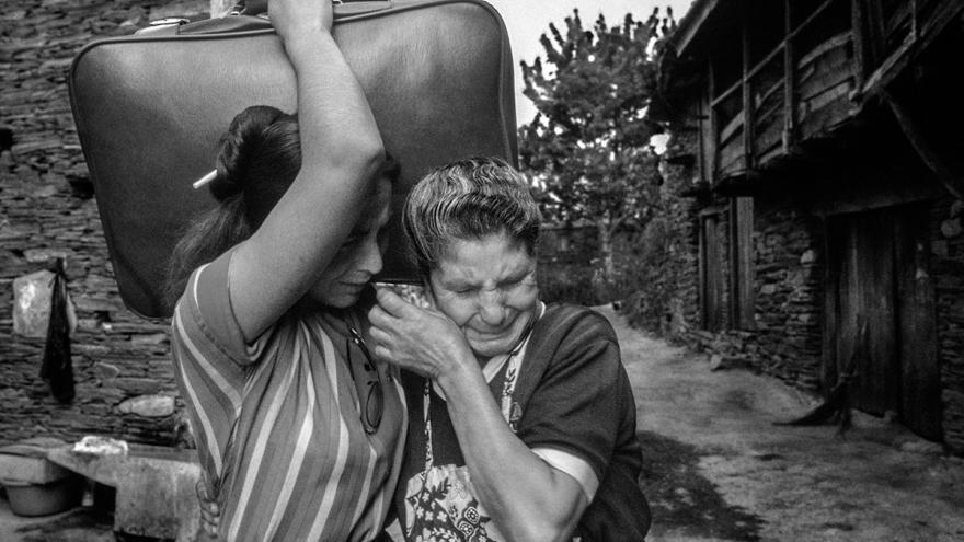 Dos mujeres llorando mientras una agarra una maleta con gesto de marcharse