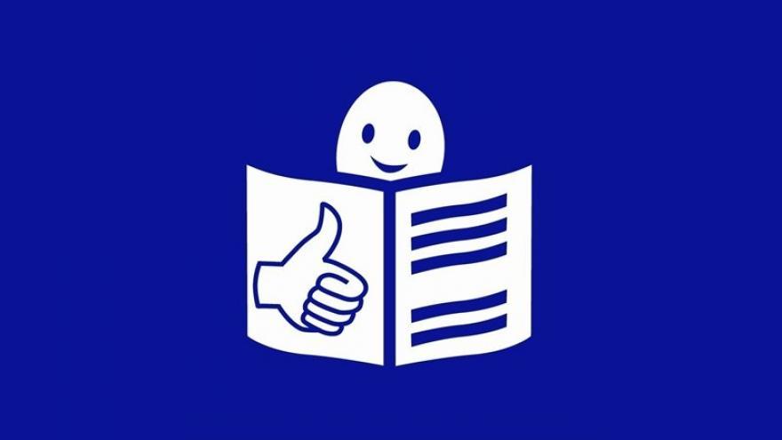 Lector sonriente sobre fondo azul