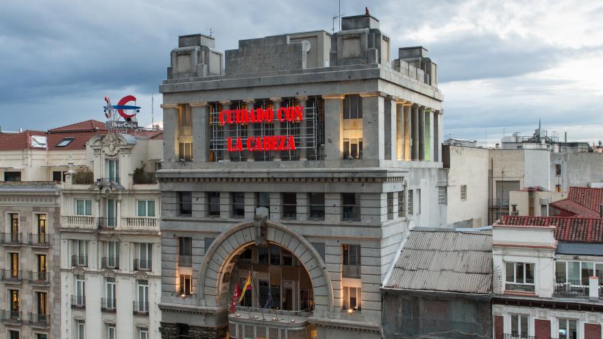 """Fachada de la Sala Alcalá 31 con instalación luminica de Bernardí Roig que dice """"CUIDADO CON LA CABEZA"""""""