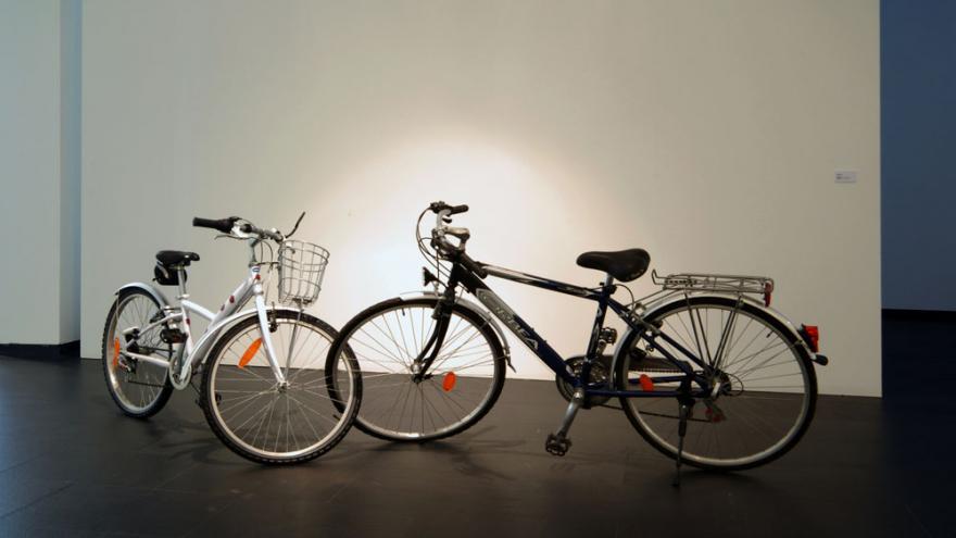 Dos bicicletas, una de mujer y otra de hombre, con la rueda frontal entrelazada