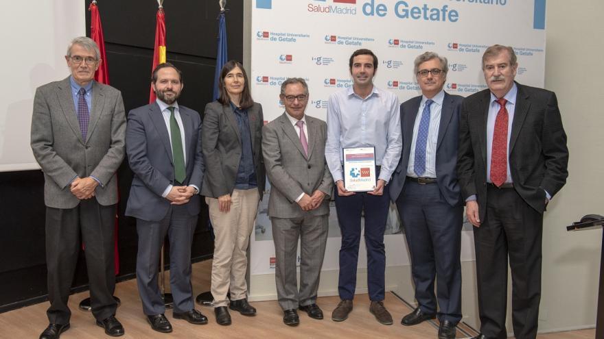 Ganador del premio con autoridades Jornada Científica
