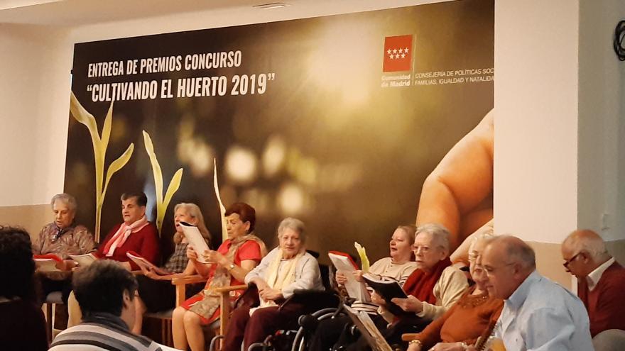 Personas mayores cantando
