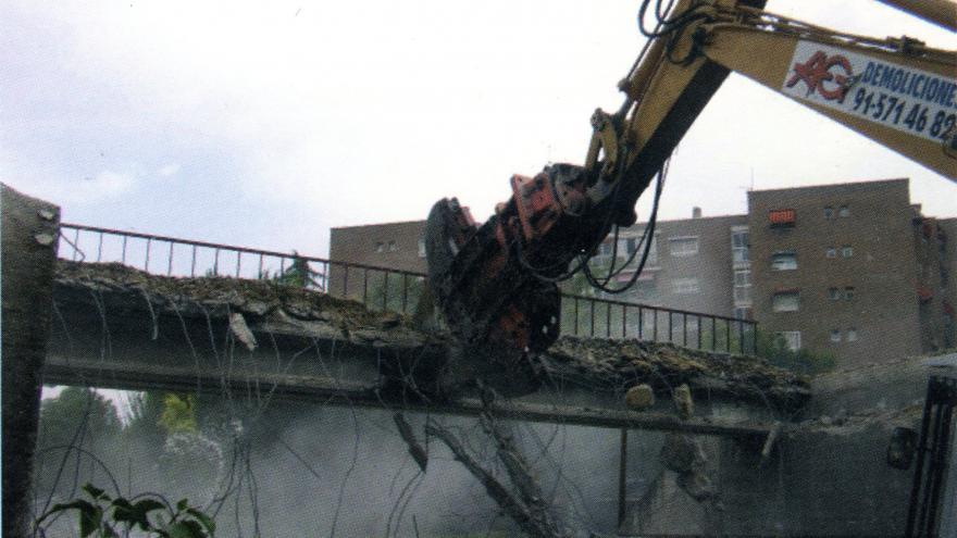 Demolición del paso superior en Vía de la Gasolina