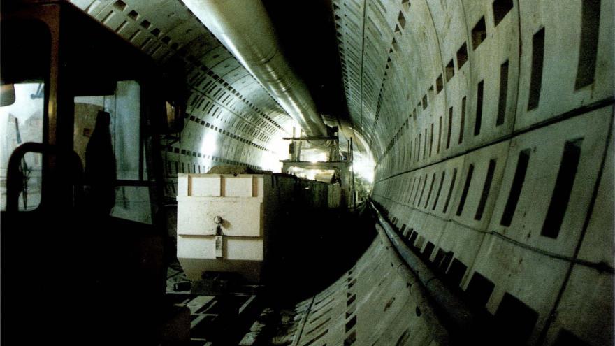 """Interior del túnel, con las dovelas de revestimiento, excavado por """"Cibeles"""""""
