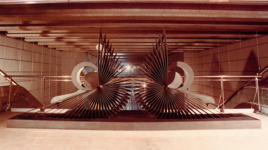 Escultura en estación Valdebernardo. Vestíbulo de Pavones