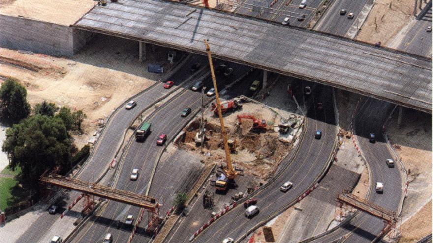 Vista aérea de la ejecución de pilotes y losa superior en carriles centrales de la autopista