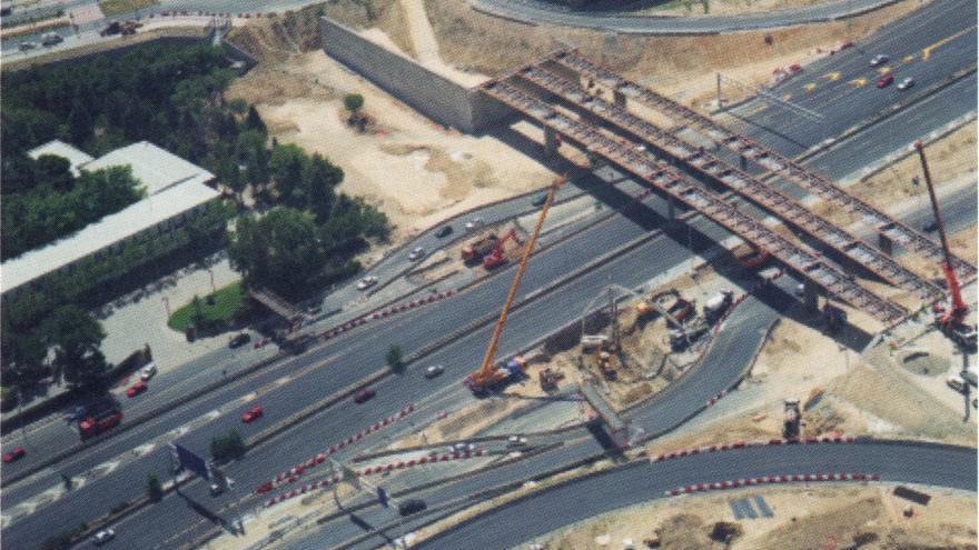 Vista aérea de la ejecución de pilotes y losa superior en carriles laterales de la autopista