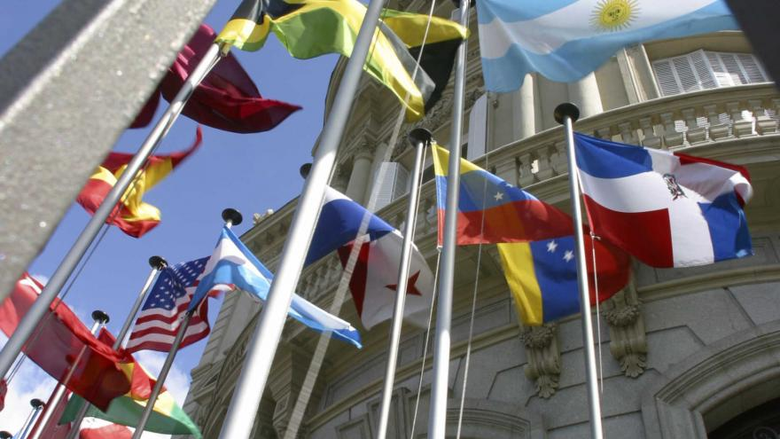 Imagen fachada con banderas Casa América