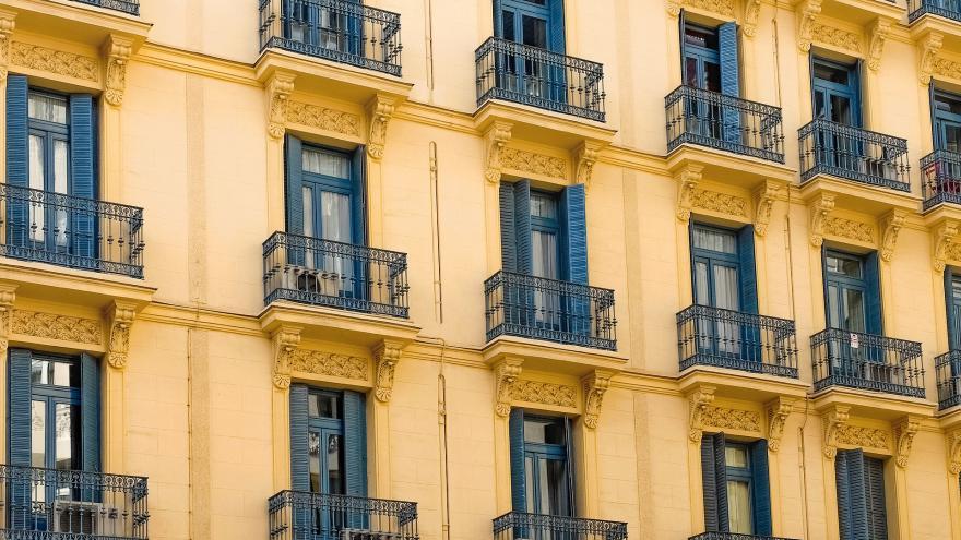 Típica fachada edificio antiguo