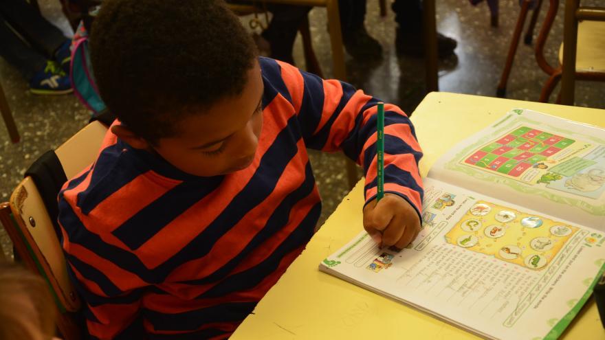 Niño en una clase de un Colegio de Educación Infantil y Primaria