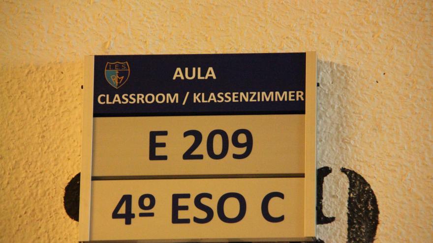 Cartel en español, inglés y alemán en un Instituto de Educación Secundaria