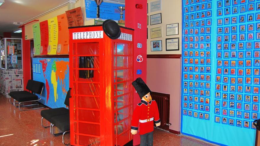 Espacio de cultura británica en un colegio con una cabina y un policía