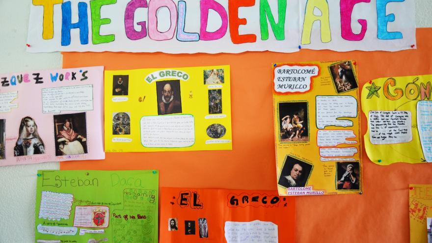 Mural sobre el Siglo de Oro en un colegio