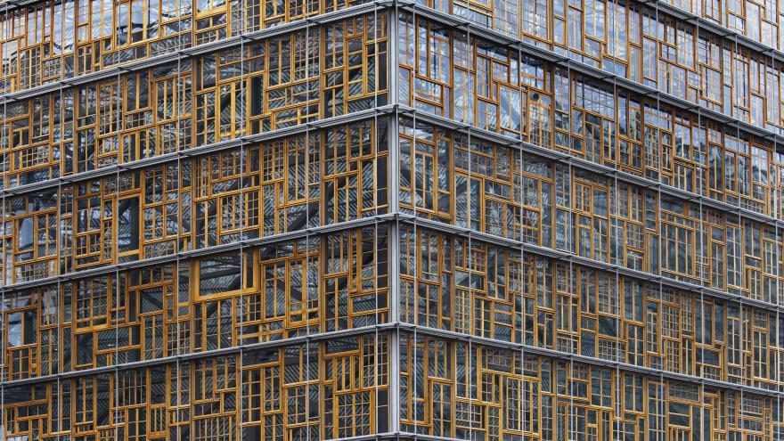 Vista de una esquina del edificio del Consejo Europeo, con un enrejado abstracto amarillo