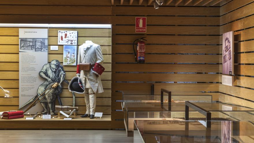 Vista de las vitrinas con maquetas y la relacionada con la industria textil del Centro de Interpretación de Nuevo Baztán